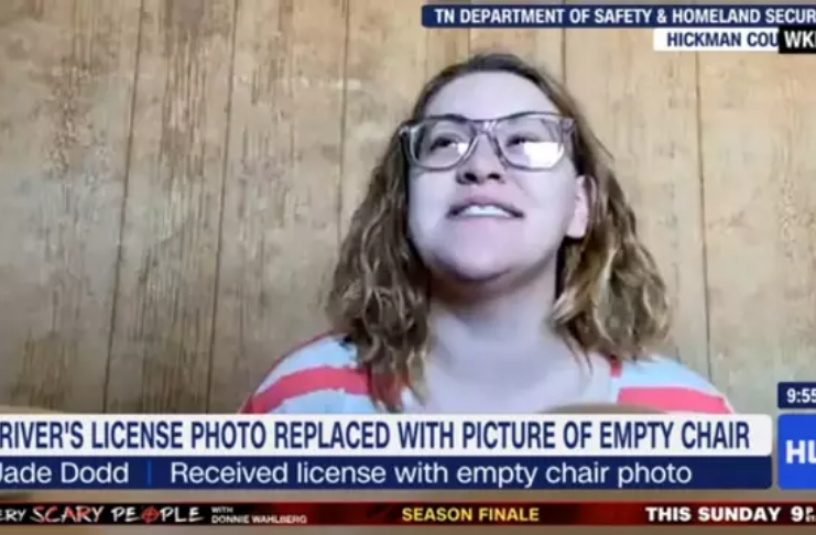 Mulher recebe carteira de motorista com foto de uma cadeira vazia
