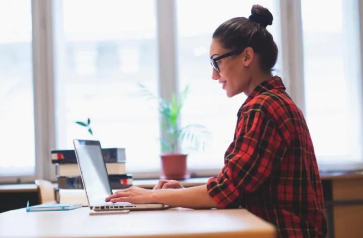 Dicas para evitar dores nas costas enquanto trabalha em casa