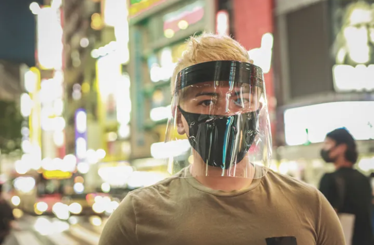Escudos faciais são melhores que máscaras para proteção contra COVID-19?