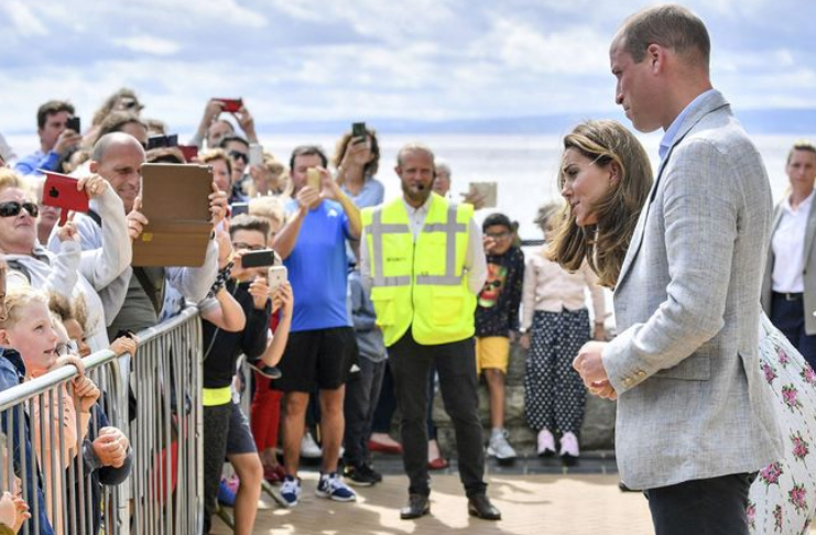 Príncipe William e Kate surpreendem habitantes do país de Gales