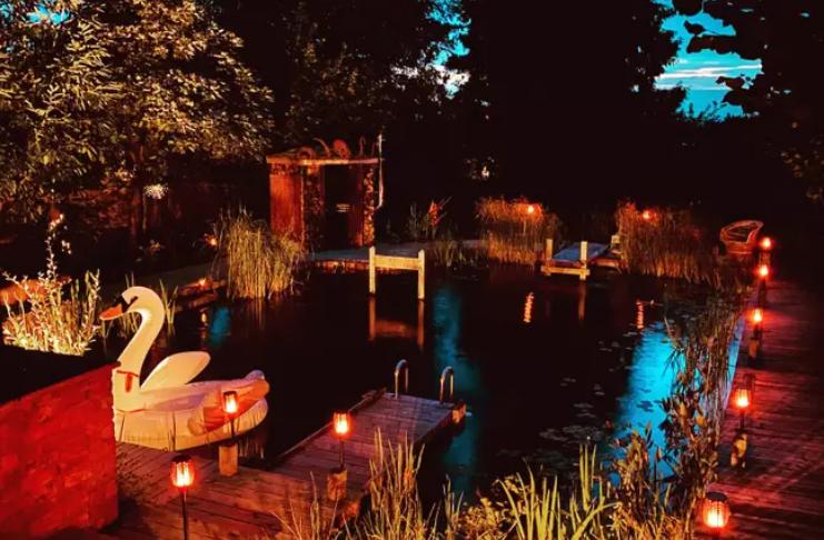 Casal passa dois anos criando piscina natural impressionante em seu jardim