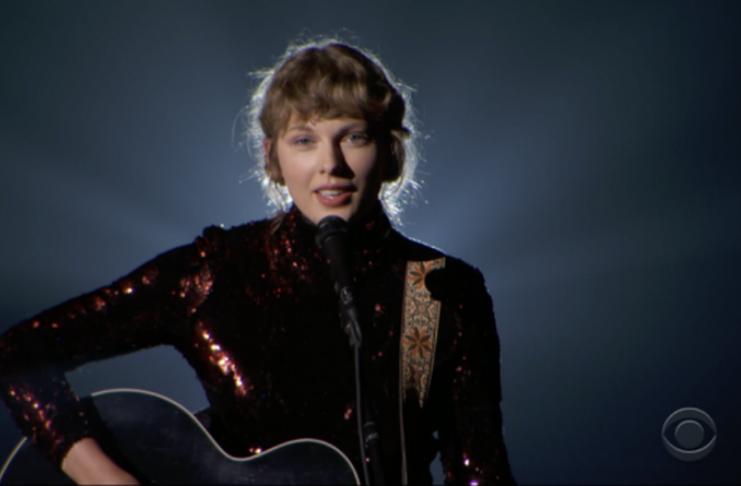 Taylor Swift canta solo acústico de Betty no ACM Awards