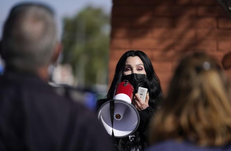 Cher reescreve clássico dos anos 40 como canção para campanha de Biden
