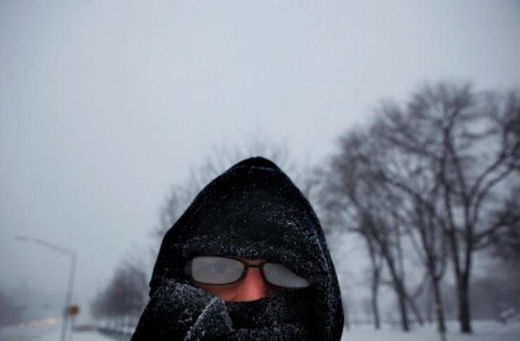 Veja como evitar que seus óculos embacem enquanto usa máscara