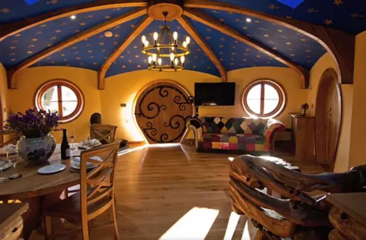 Veja uma casa de um Hobbit escondida em um vinhedo do Reino Unido