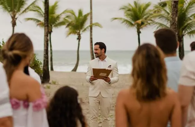 Homem se casa com ele mesmo após noivo romper com ele