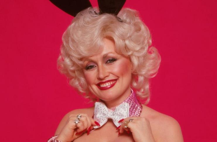 Dolly Parton diz que 'não tem tempo para ser velha' e vai parecer tão jovem quanto seus cirurgiões plásticos permitirem