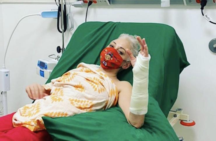 Rose McGowan quebrou braço acompanhando eleições dos EUA enquanto estava nas escadas