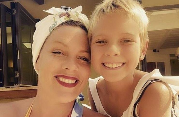 Pink e filha Willow impressionam fãs ao cantarem lindo dueto de Natal