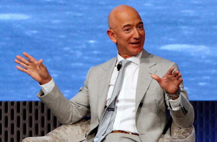 Jeff Bezos nomeia navio de recuperação de foguetes em homenagem a sua mãe