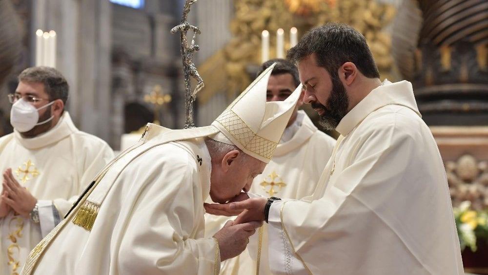 Saiba quanto os cardeais, os padres e o papa recebem